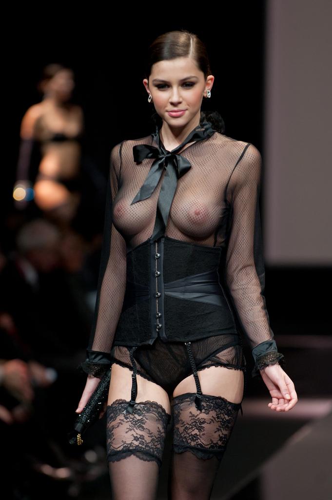 Порно голые модели по показах