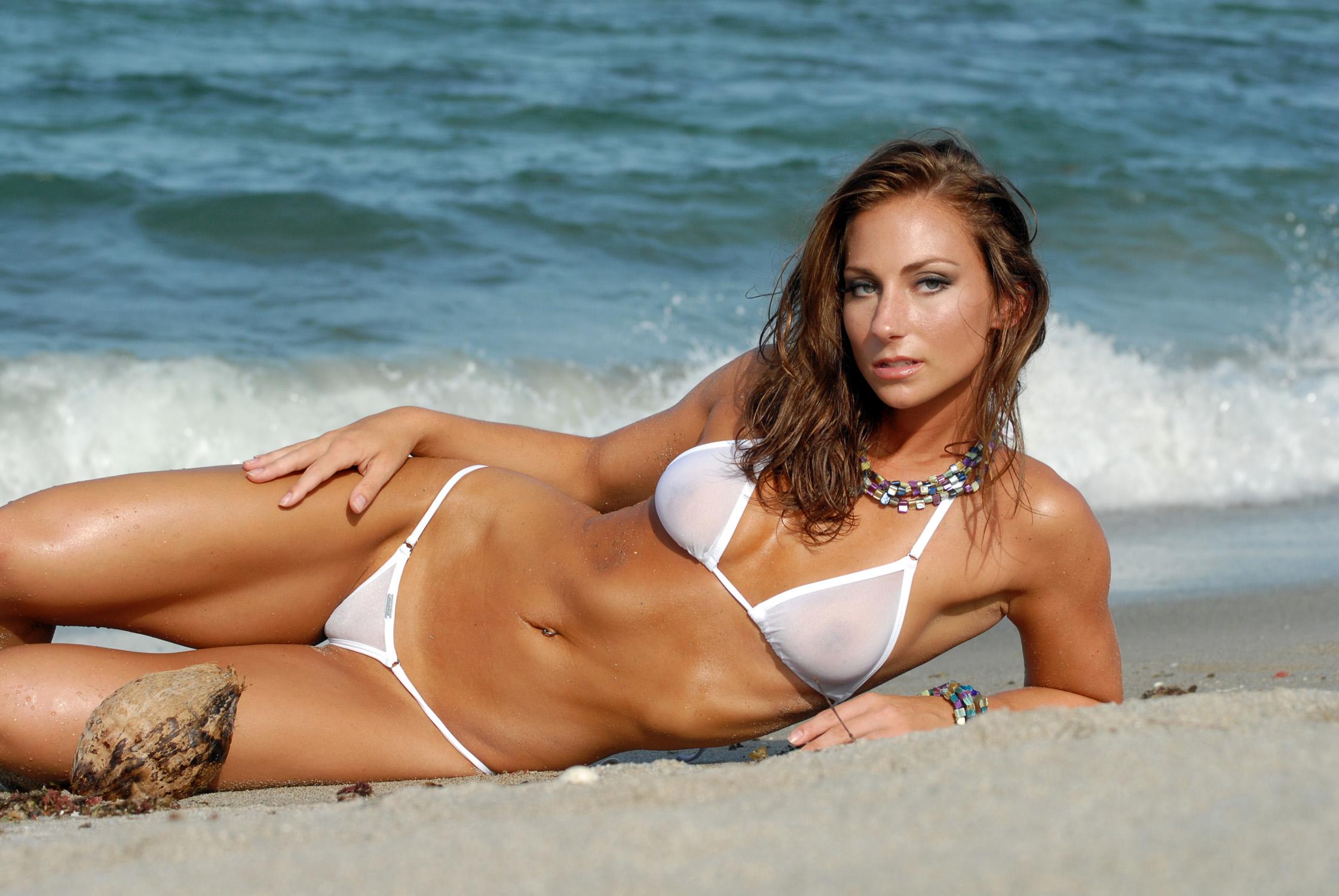Фото девушки в мини стрингах на пляже, Симпатичные девушки в бикини отдыхают на пляже 27 фотография